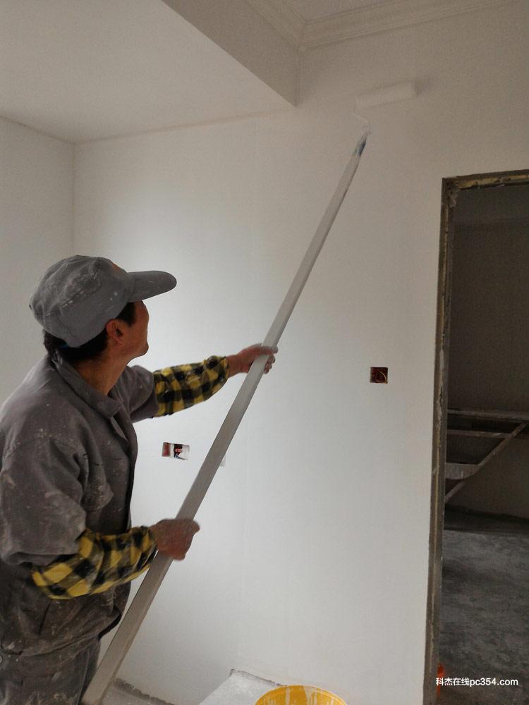 新房拿到手,要做墙面,首先建议就是要【铲墙】,这是为了保证墙面漆持久有效最最基础的工序。如果墙面不铲,做好的墙面最多两年就会起皮、开裂,甚至大面积掉落。有些老房子二次改造,也建议铲墙,因为早期施工工艺和基层用料的质量、老化等问题,墙面的附着力可能已经下降,或是有空鼓、受潮等原因,墙面的强度也不够。